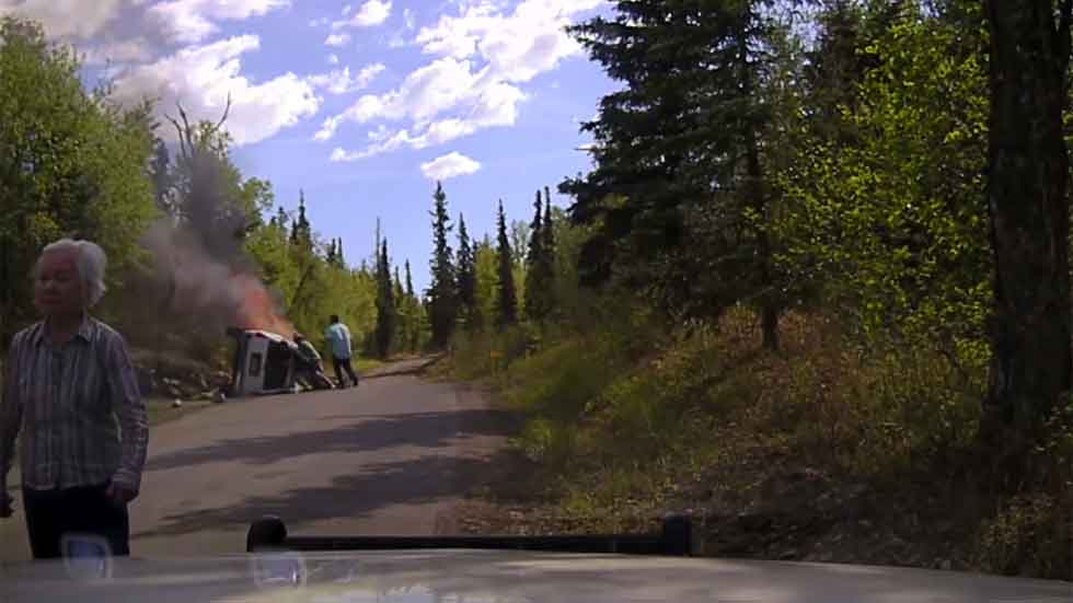 Un policía rescata a un hombre de un coche poco antes de empezar a arder (vídeo)