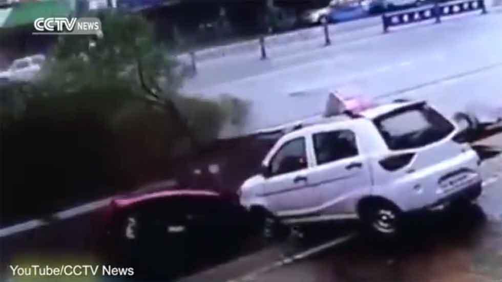 """Varios coches """"tragados"""" literalmente por la tierra (vídeo)"""