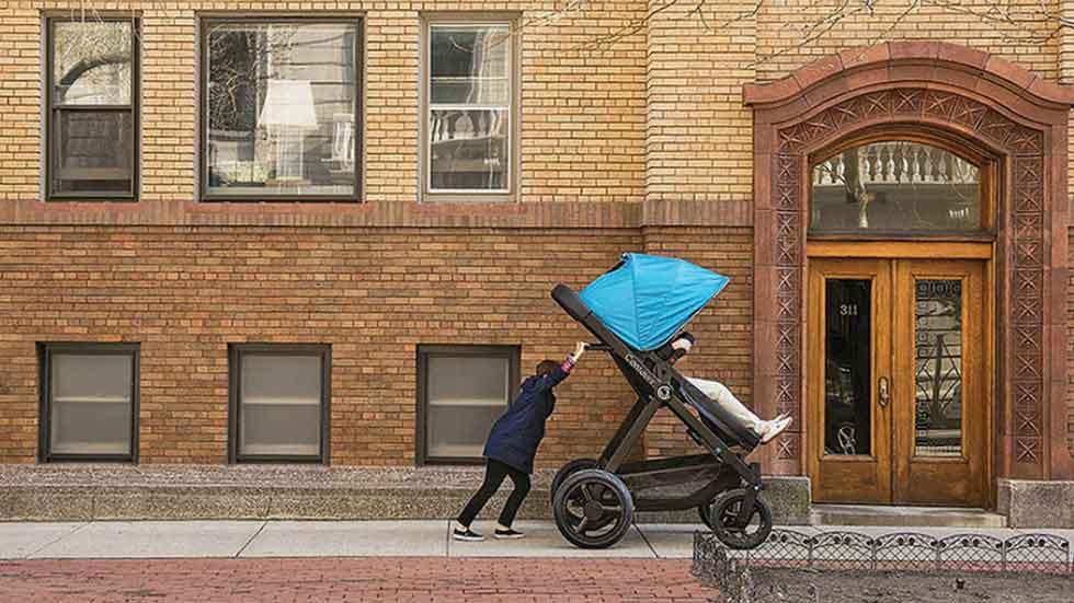 Diseñan un carrito de bebé para adultos, ¿viajarías en uno? (vídeo)