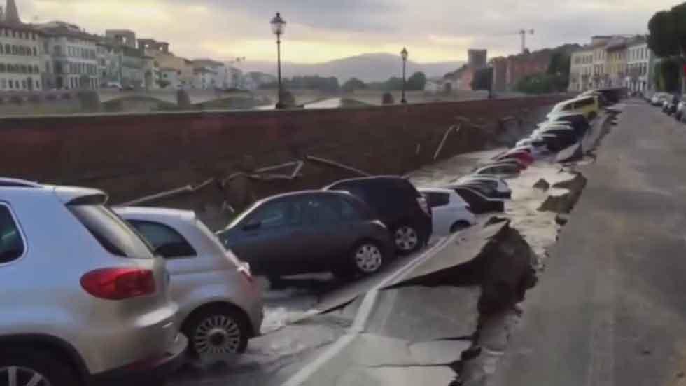 Un gran socavón se traga 20 coches en Florencia (vídeo)