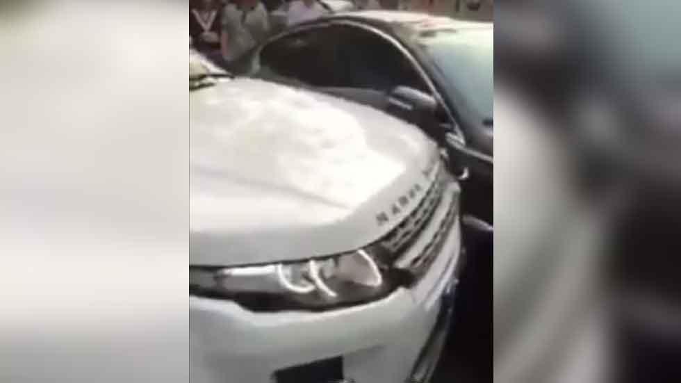 ¿Te han puesto un coche en doble fila? La solución de este conductor... (vídeo)