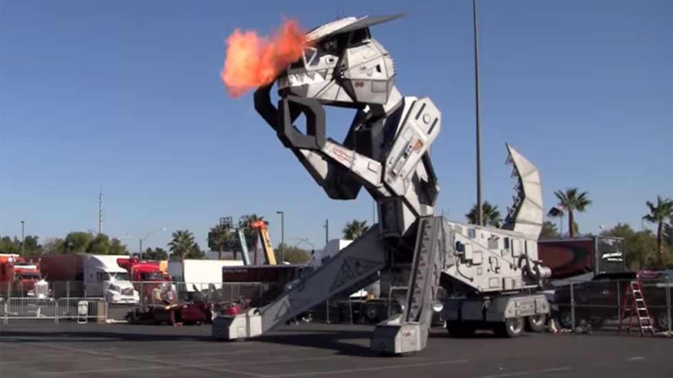 Robosaurus, el robot dinosaurio que desguaza coches (vídeo)