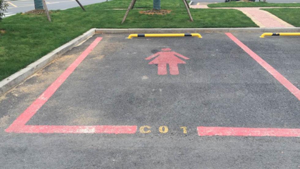 ¿Plazas de parking sólo para mujeres? Sí, más grandes y rosas