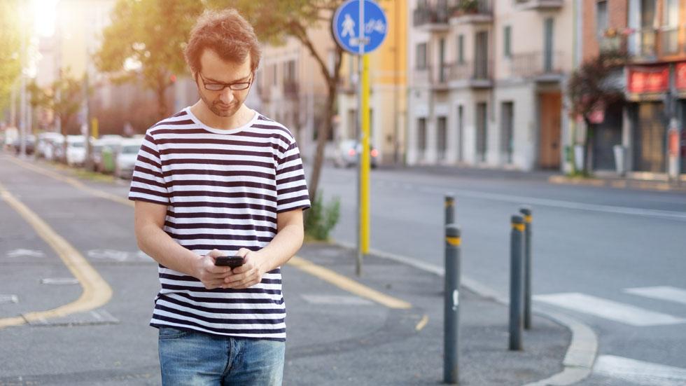 Semáforos en el suelo para peatones distraídos con el móvil