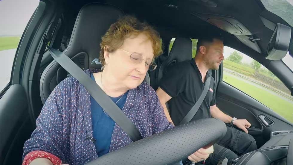 ¿Podría tu abuela hacer drifting con un Ford Focus RS? (vídeo)