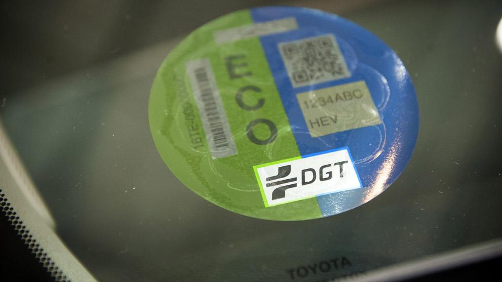 La DGT ya ha enviado las etiquetas ECO a los coches limpios