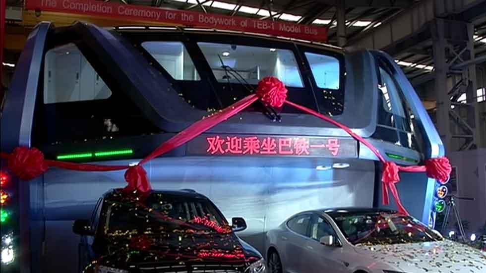 El autobús del futuro circulará en 2017: pasa por encima de los coches (video)