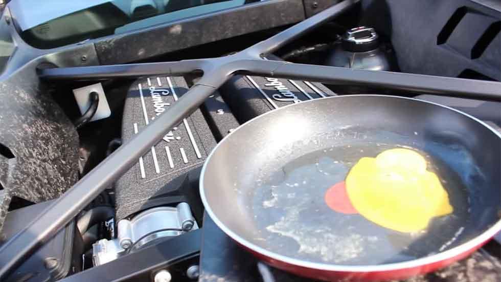 ¿Cómo freír un huevo en el motor de un coche? (Vídeo)