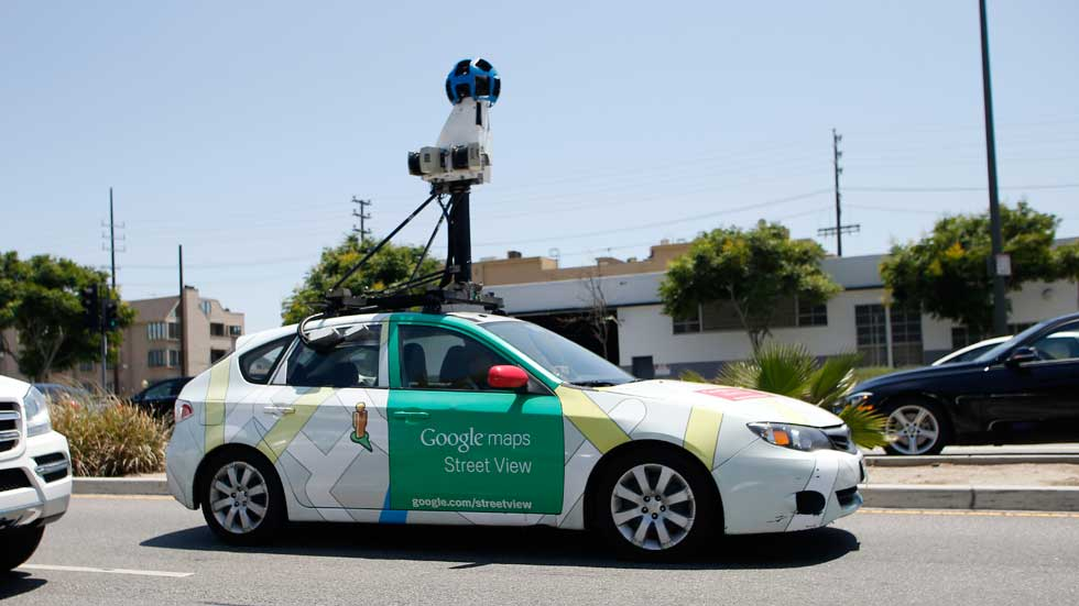 Un hombre destroza varios coches de Google Street View