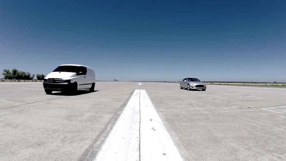 Tesla Model S, Ferrari California y furgoneta eléctrica. ¿Cuál acelera más rápido? (vídeo)
