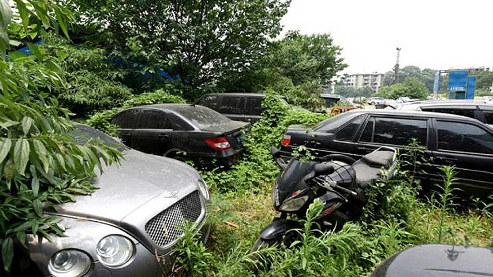 El increíble cementerio olvidado de coches de lujo en China