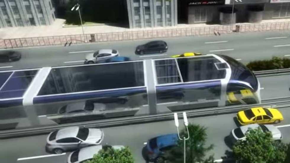 Ya circula el autobús que pasa por encima de los coches (vídeo y fotos)