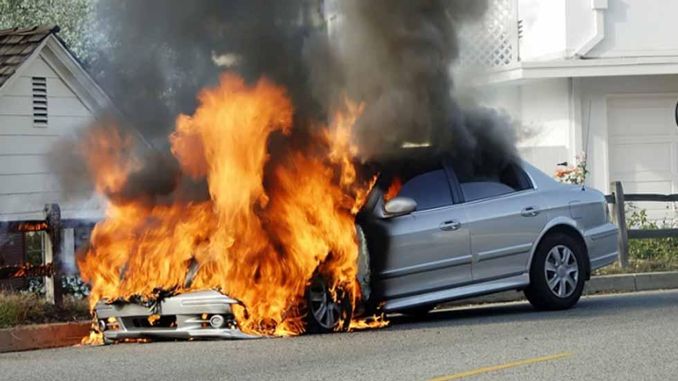 ¿Por qué puede salir ardiendo un coche? Causas y soluciones