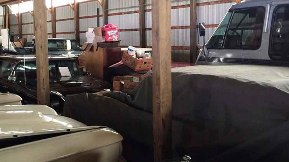 Más de 50 coches clásicos olvidados en un granero