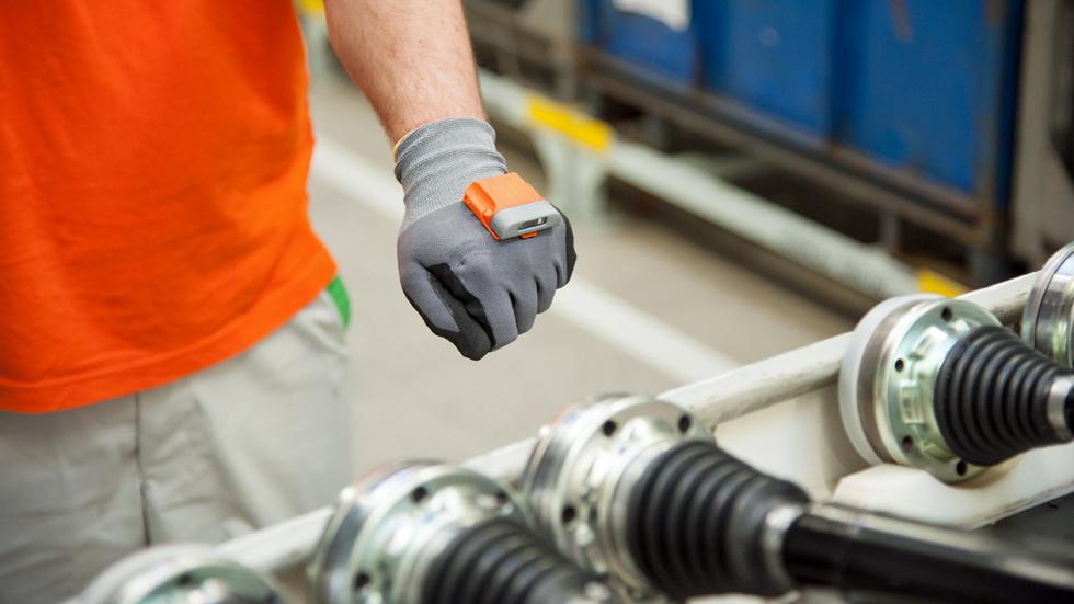 Un guante inteligente, ¿la solución para mejorar la producción de coches?