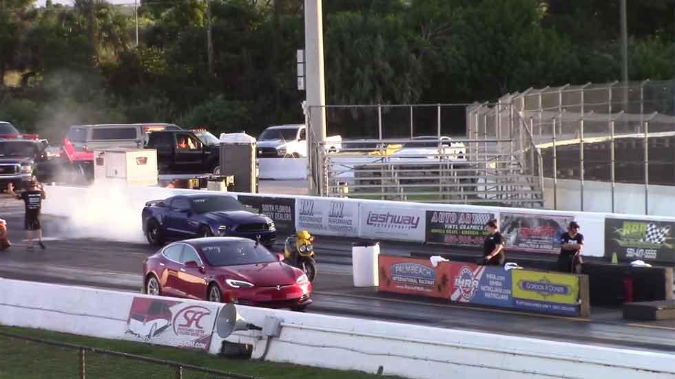 Carreras de aceleración: así 'fulmina' un Tesla a un Mustang y un Corvette (vídeo)