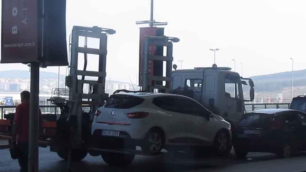 La grúa que se lleva los coches mal aparcados en 60 segundos (vídeo)