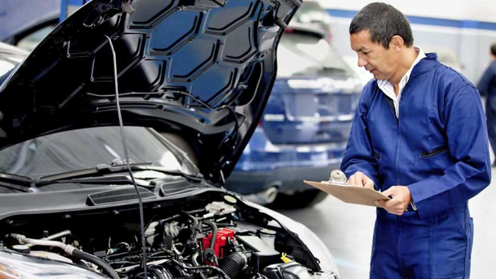 Dudas: cambio de aceite en un coche, ¿cuánto cuesta en uno manual y en uno automático?