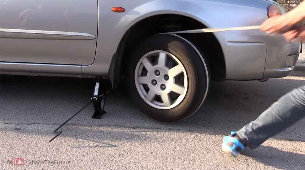 Cómo arrancar un coche con una cuerda y un gato (vídeo)