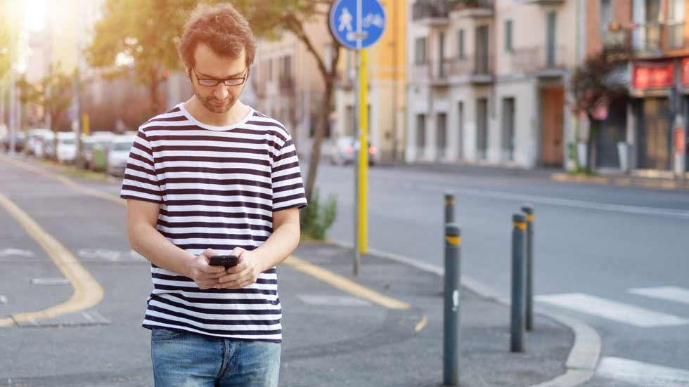 """Semáforos en el suelo para peatones """"adictos"""" al móvil"""