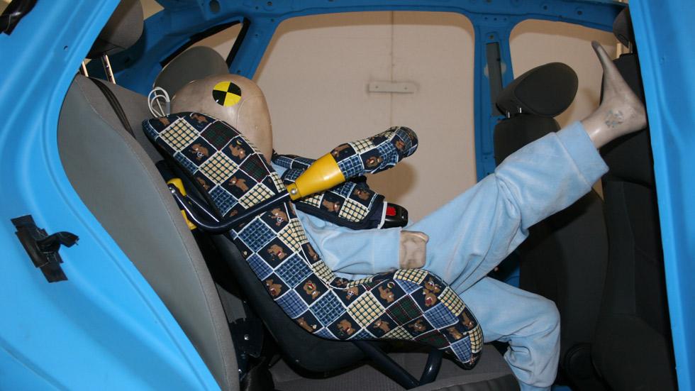 ¿Quieres saber qué le pasaría a tu hijo por no llevar la silla de coche adecuada? (Vídeo)