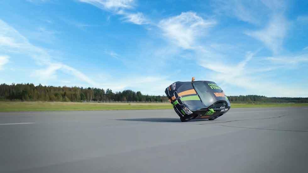Un BMW consigue el Récord Guinness de velocidad a 2 ruedas: ¡a 186,2 km/h! (Vídeo)