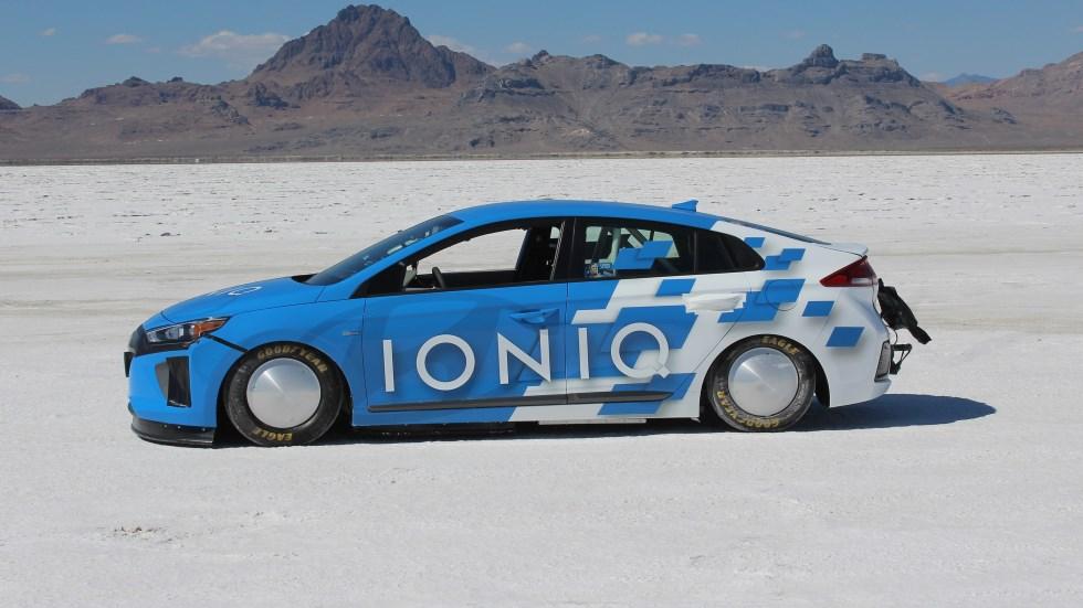 Récord: un Hyundai Ioniq Hybrid ¡a 254 km/h! (vídeo)