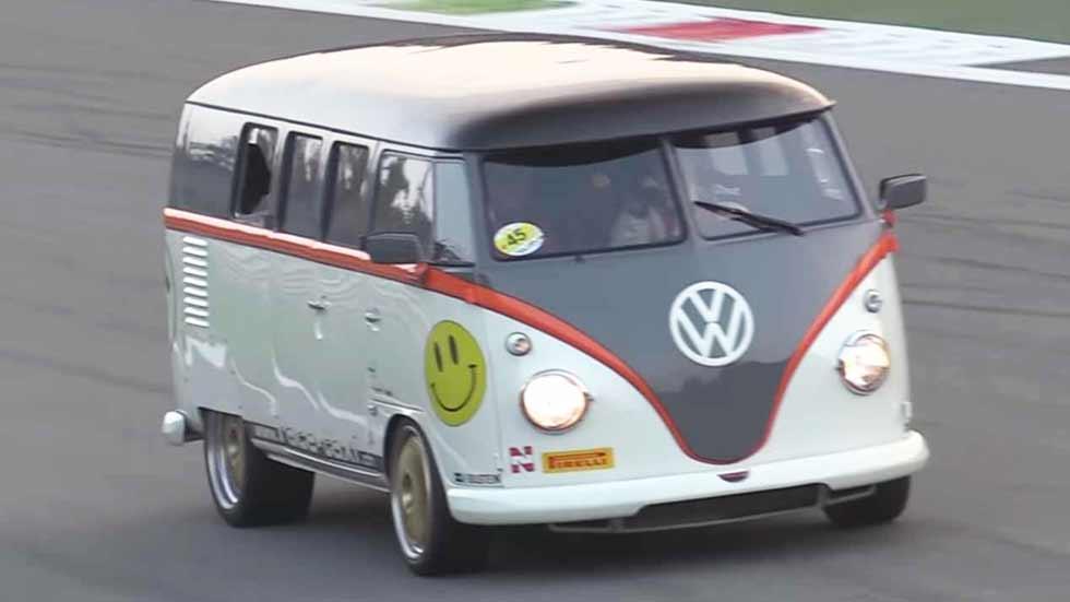 La furgoneta VW T1 más bestia: ¡con motor de Porsche 911! (vídeo y fotos)