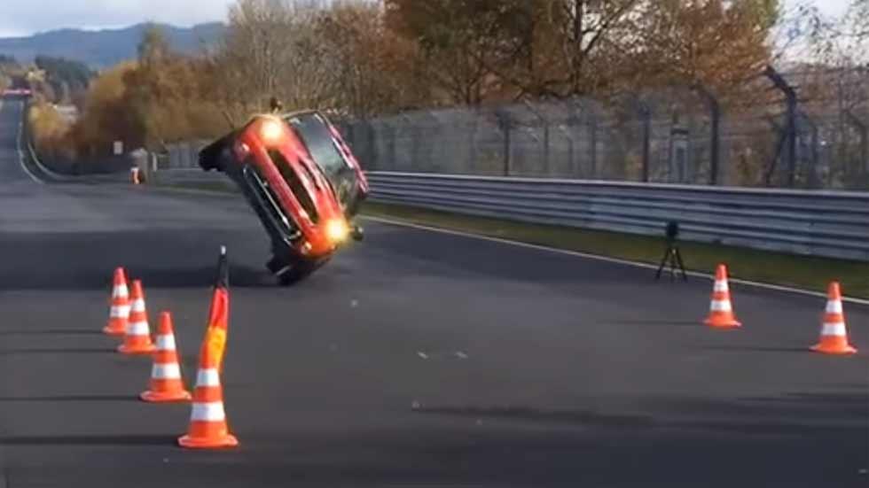 Récord de un Mini Cooper ¡a dos ruedas! en Nürburgring (vídeo)