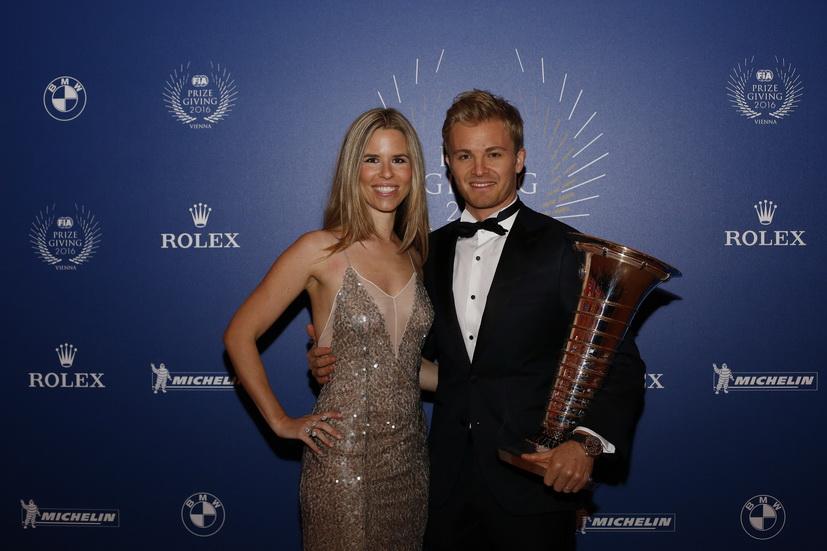 Rosberg recibe el trofeo de campeón... y se despide