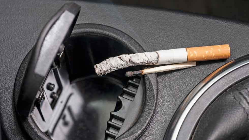 La OMS pide prohibir fumar en el coche con menores