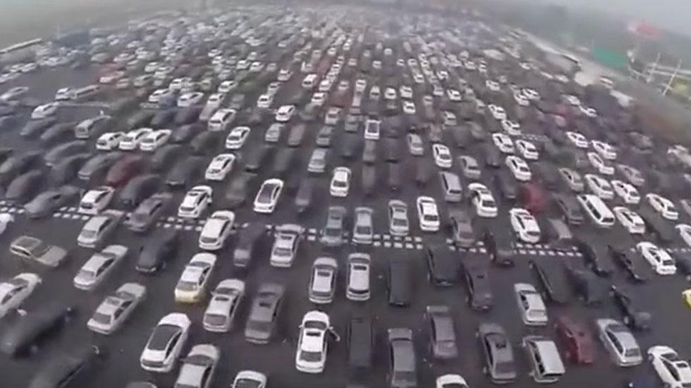 Una autopista de 50 carriles, ¡atascada! (vídeo)