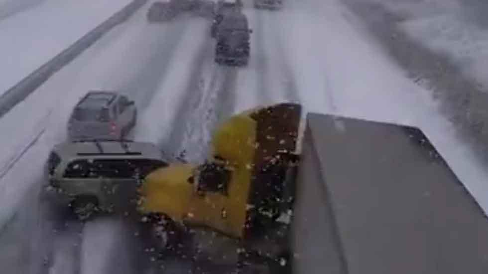 La nieve causa estragos en las carreteras de todo el mundo (vídeos)