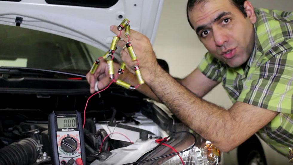 ¿Te has quedado sin batería? Arranca tu coche con unas pilas (vídeo)