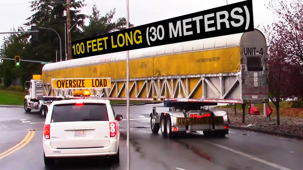 Así transporta un camión de más de 30 m de largo las piezas de un avión (vídeo)