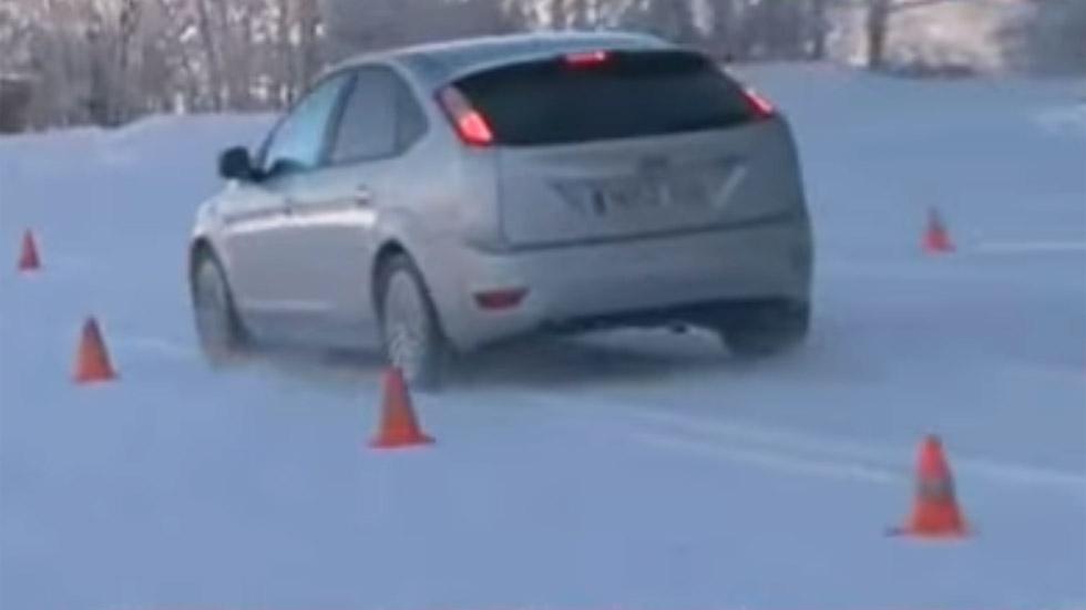Cómo actúa el coche en una frenada de emergencia en nieve (vídeo)