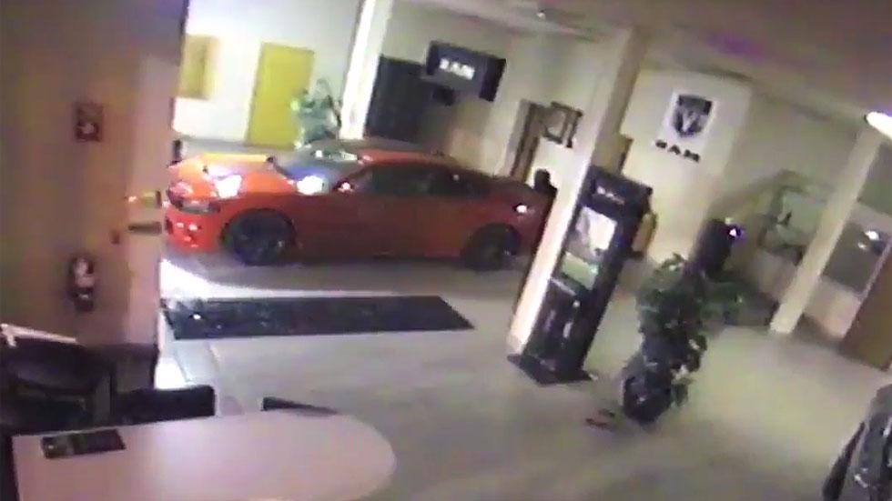 Roban un Dodge Challenger de un concesionario en 90 segundos (vídeo)