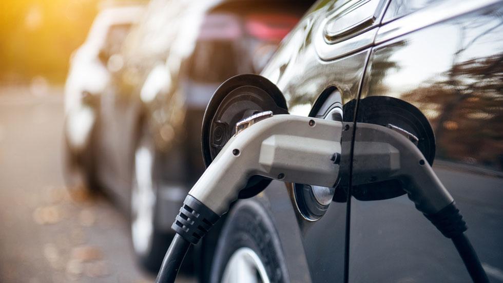 Asegurar un coche eléctrico, ¿cuánto cuesta frente al convencional?