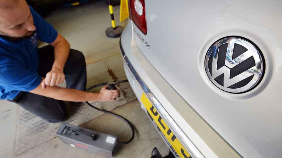 Facua denuncia que la DGT envíe pegatinas de eficiencia a los coches del Dieselgate