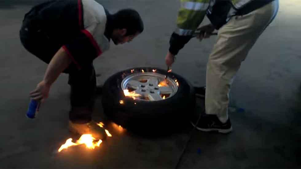 ¿Quemar un neumático para inflarlo? Sí, como lo lees (vídeo)
