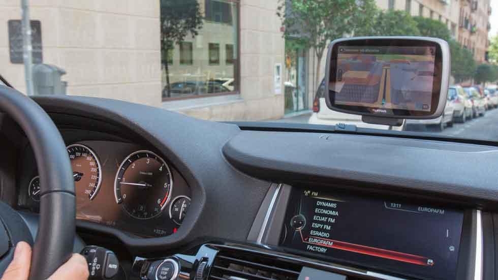 Obligan llevar GPS en los coches para controlarlos… o no puedes repostar