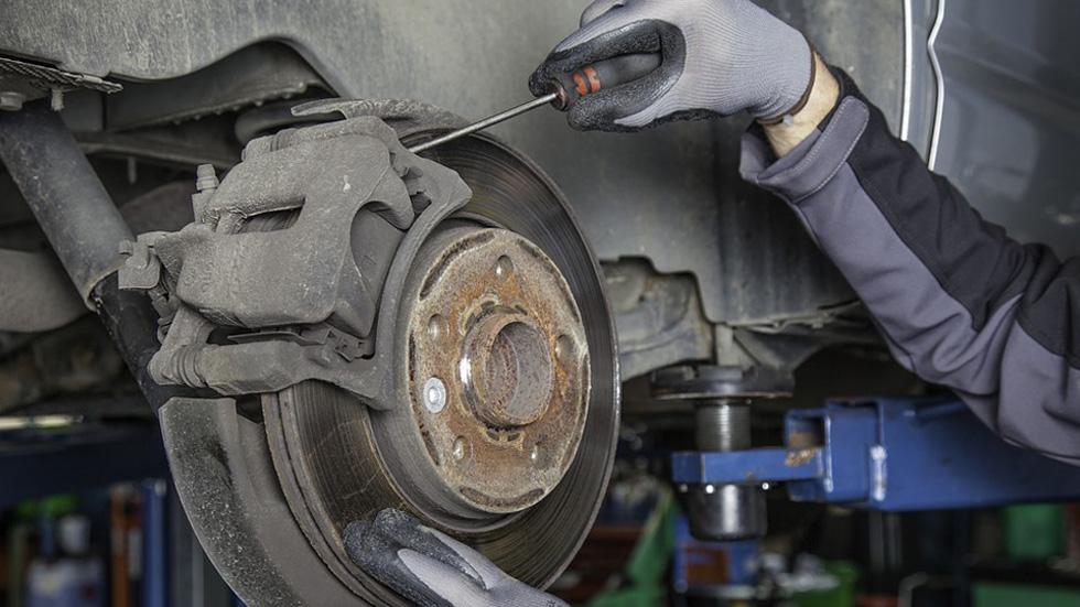 ¿Te atreverías a reparar el coche tú solo?