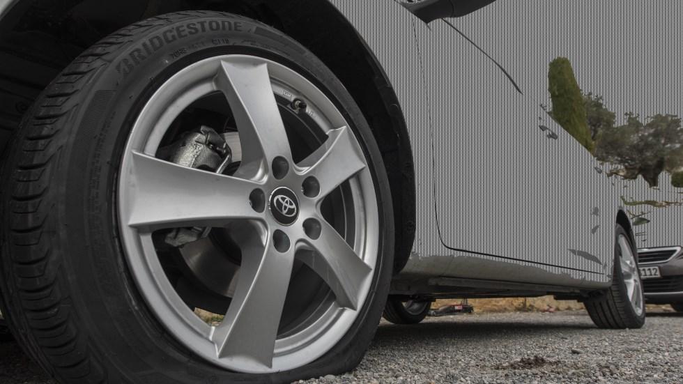 Lo último en robos en coches: la trampa del neumático rajado