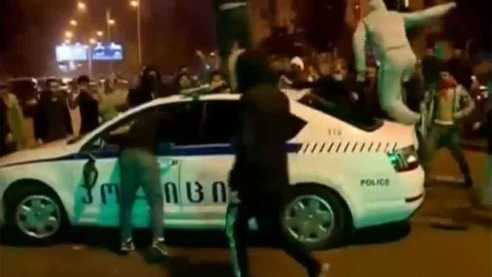 Una multa de tráfico siembra el caos: decenas de heridos y detenidos (vídeo)
