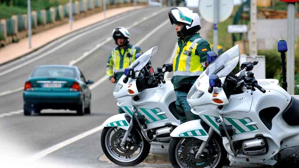 Los Guardias Civiles piden no usar moto a partir de los 45 años y no ser premiados por multar