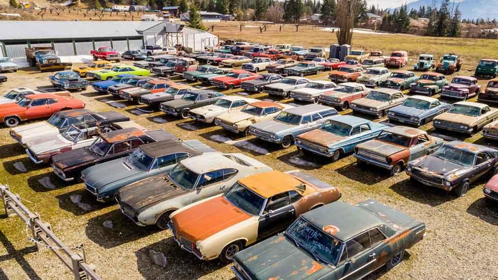 La casa que se vende con más de 300 coches antiguos y clásicos (fotos)