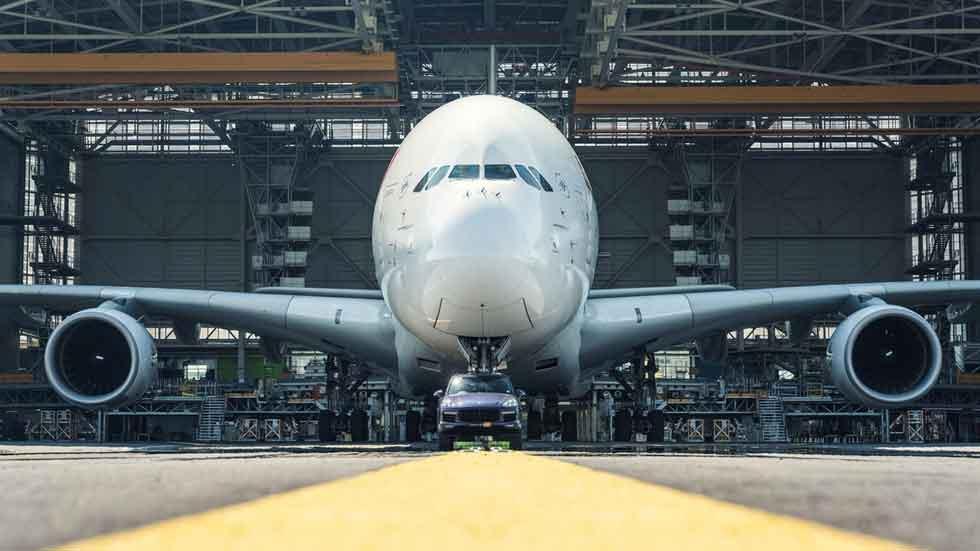 Récord Guinness: un Porsche Cayenne tirando de un Airbus A380 (vídeo y fotos)