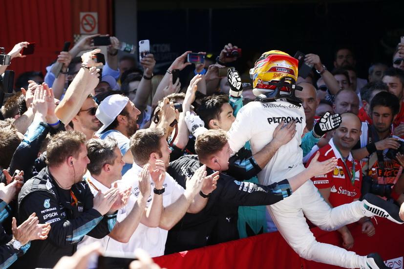 Fórmula 1: Lewis Hamilton no bebe agua en carrera