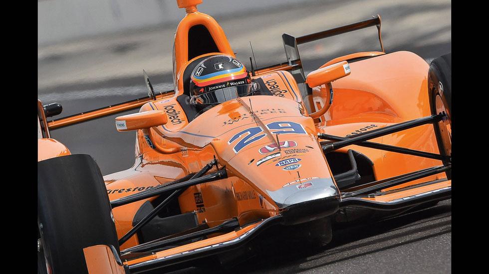 Fernando Alonso analiza su coche de las 500 Millas de Indianápolis