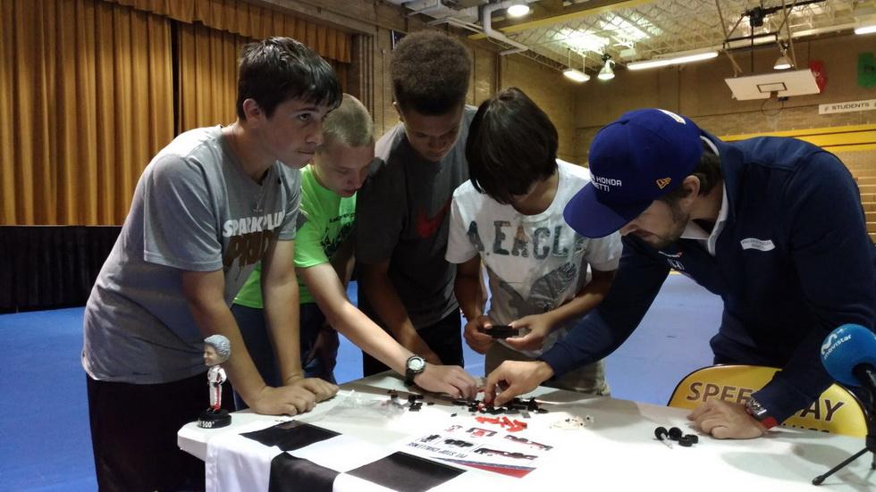 500 Millas de Indianápolis: Alonso firma autógrafos en una visita a un colegio